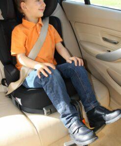 Garçon assis dans un siège auto avec ses pieds posés sur Footup